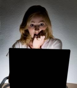 femme-effrayee-devant-un-ecran-d-ordinateur-illustration_17539_w250